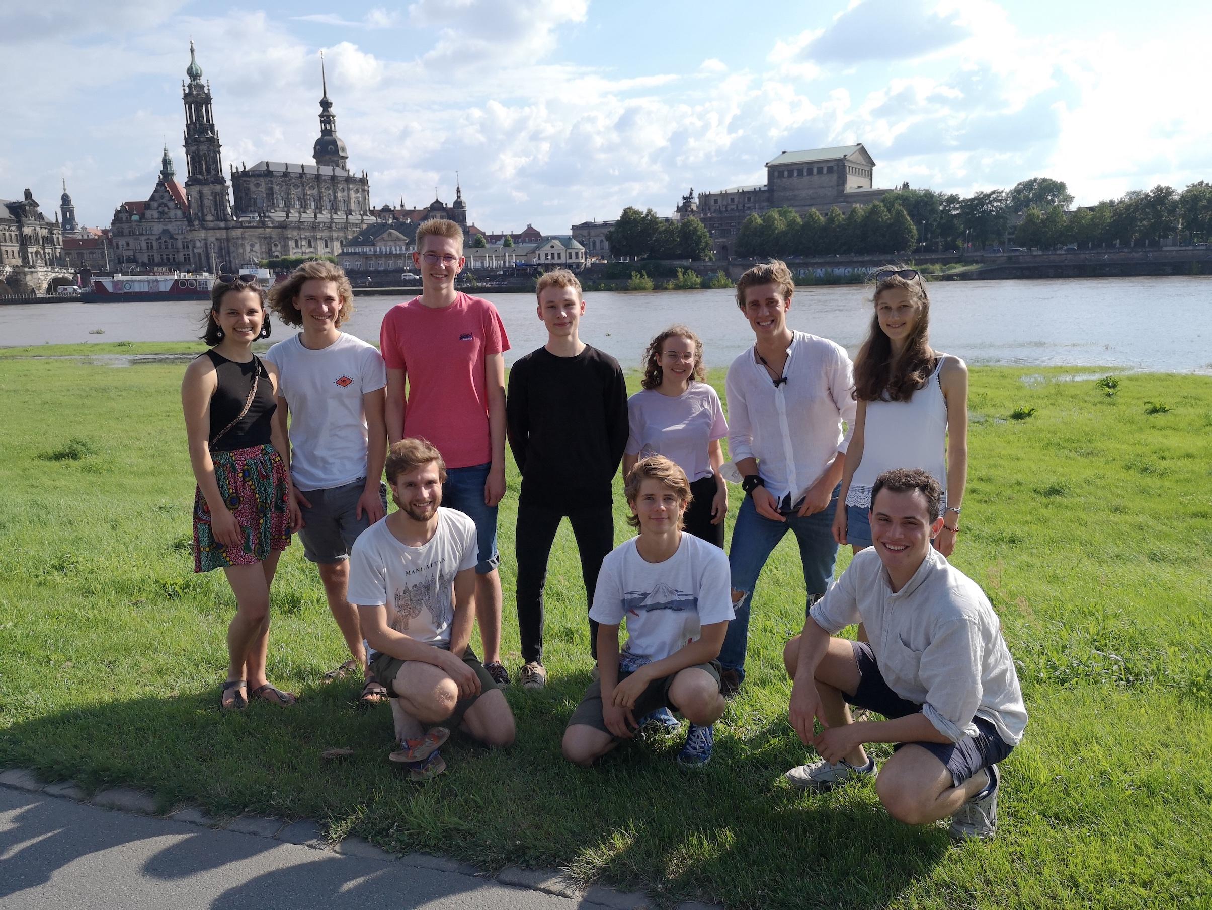 Foto der Vereinsmitglieder vor Elbe mit Blick auf die Altstadt